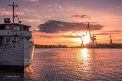 Gothenburg Event Horizon (Fredrik Lindedal) Tags: boat water sunlight sun sunset sweden sverige sky skyline cranes harbor glow horizon gothenburg göteborg göteborgshamn lindedal eons