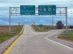 US-18 & I-35 Exit, 28 Aug 2017 (photography.by.ROEVER) Tags: roadtrip trip jobinterviewtrip august 2017 august2017 road highway drive driver driving driverpic ontheroad interstate i35 interstate35 freeway exit interchange ramp cerrogordocounty iowa us18 highway18 sign bgs biggreensign rampsplitter usa