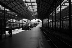 Luzern HB  (Film) (Harald Philipp) Tags: urban citycenter trainstation rail train city street people tourism tourist exotic destination travel adventure wanderlust atmosphere haraldphilipp blackandwhite bw blackwhite monochrome schwarzweiss nocolor dark shadows contrast primelens canon ae1 europe european switzerland schweiz luzern luzerne lucern bahnhof hauptbahnof ektar kodak film 35mm 135