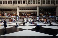 Assis dans le hall (8pl) Tags: gare attente taipei hall intérieur taïwan gens assis