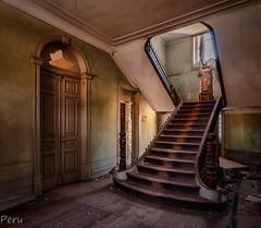 Escalera (Perurena) Tags: escalera stairs madera hotel edificio building abandono decay sucio dusty luz light sombras shadows urbex urbanexplore
