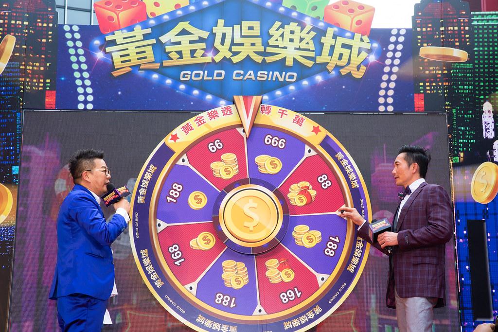 綜藝鬼才沈玉琳與好萊塢影星鄒兆龍為民眾玩遊戲謀福利,鄒兆龍代言手遊《黃金娛樂城》。(黃金娛樂城提供)