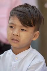 petite famille birmane (Patrick Doreau) Tags: portrait asiatique woman asian birman myanmar birmanie bagan sourire smile beauté beauty burma famille family cérémonie fête pagode man enfant child garçon