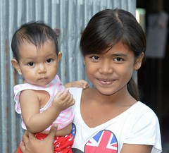 pretty girl with baby brother (the foreign photographer - ฝรั่งถ่) Tags: pretty preteen girl child baby brother khlong bang boy bua portraits bangkhen bangkok thailand nikon d3200