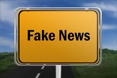 Fake_News-auf-Ortsschild (Christoph Scholz) Tags: fake news fakenews fälschung falschmeldung hetze rechte internet gruppen chat manipulation täuschung soziale medien trump donald
