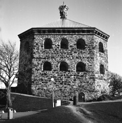 Skansen Kronan (rotabaga) Tags: sverige sweden svartvitt göteborg gothenburg blackandwhite bw bwfp mediumformat mellanformat lomo lomography lubitel166 ilford 6x6 120 twinlens