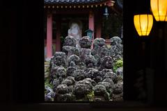 Une fenêtre sur le public (stephanexposeinjapan) Tags: japon japan asia asie stephanexpose kyoto arashiyama nenbutsuji temple statues rakugan canon 600d 100mm