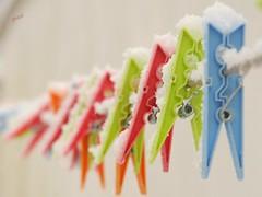 winter comes (gicol) Tags: winter snow inverno neve cold freddo frio colori mollette clap pinzas