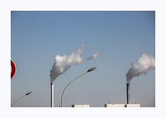 Vent d'ouest (hélène chantemerle) Tags: ciel cheminées fumée réverbères lignes sky sun chimneys streetlighting smoke lines minimal city outside landscape