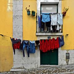 21 (Giorgio Ghezzi) Tags: washing bucato door porta window finestra giorgioghezzi lisboa alfama