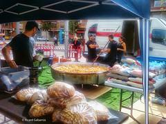 2746  Cocinando la paella (Ricard Gabarrús) Tags: cocina paella arroz cocinando cocineros gente pan comida alimentos fiesta street ricardgabarrus ricgaba olympus