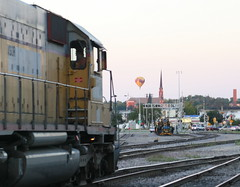 Baloons & trains (The Andy Smith) Tags: hot air janesville wi wsor sd402 4053 balloon