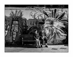 Se fondre dans un paysage urbain. (francis_bellin) Tags: blackanwhite femme espagne streetphoto street homme netb photoderue grenade noiretblanc monochrome artistederue artdanslarue 2019 graffiti rue olympus bw fevrier andalousie tag