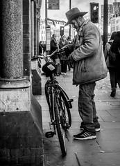 Trusty steed (Marion McM) Tags: bicycle stetson streetphotography street london candid monochrome blackandwhite canonpowershotg7xmarkii england 2018