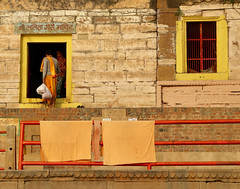 The Pair (Alex L'aventurier,) Tags: varanasi inde india orange fenêtre window porte door people gens life personnes towels serviette jaune yellow candid