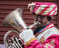 Playing - Takumar 85mm 1.8 (thomas.pirolt) Tags: takumar 85mm sony street india braj goverdhan radhakund streetphotography streetlife a7 a7ii people portrait candid moment theindiatree old music instrument