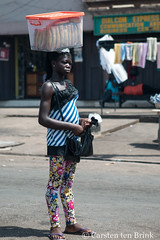 Kumasi snacks (10b travelling / Carsten ten Brink) Tags: 10btravelling 2017 africa african afrika afrique carstentenbrink ghana ghanaian goldcoast iptcbasic kumasi obuasi places westafrica carrying icarry snack streetvendor tenbrink woman