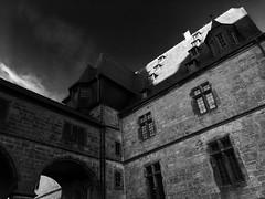 Schloss in Marburg (The Achromat) Tags: marburg schloss hessen deutschland stein mauer alt old grey sonne himmel sky castle burg grau bw schatten sun dach gebäude building ziegel ziegeln brickwall bricks kopfsteinpflaster kopfstein blauköpfe gotik bogenfenster vintage geschichte historie