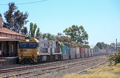 NR58 and NR32 charge PM5 through Horsham on the first Wednesday of 2019 (bukk05) Tags: signal toll container mainline victorianrailways vline vr victorianrailway victoria canon60d canon summer diesel artc australia sg standardgauge station ge freight flickr horsham hp horsepower locomotive loco pacificnational pn photography photo yard ruralcityofhorsham 2019 tamron16300 tamron trains tracks train rp3 rail railwaystation railwaystations railroad railpage railway engine export explore pm5 westernstandardgaugeline wimmera nationalrail nrclass nr nr32 nr58 railpage:class=37 railpage:loco=nr58 rpaunrclass rpaunrclassnr58 cv409i ge7fdl16 cityofwhyalla