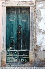 Nr. 4 not such a posh place (petermüller21) Tags: door green portugal street 2018 cascais
