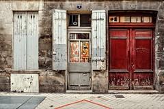 On découvre parfois de belles pépites dans le vieux Bordeaux.... (Isa-belle33) Tags: architecture urbain urban city ville door porte window fenêtre street bordeaux wall mur fujifilm streetphotography old ancien vintage