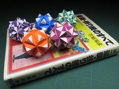 Origami, Sonobe variations designed by Kunihiko Kasahara, and his book (Masaya2012) Tags: sonobe kusudama modular modularorigami sonobevariation stellatedicosahedron smalltriambicicosahedron くす玉 薗部 ユニット 折り紙 アレンジ kunihikokasahara