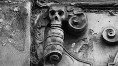 Memento Mori 011 (byronv2) Tags: edinburgh edimbourg scotland oldtown greyfriars greyfriarskirkyard kirk kirkyard cemetery church churchyard boneyard graveyard grave tomb memorial sculpture blackandwhite blackwhite bw monochrome carving history skull