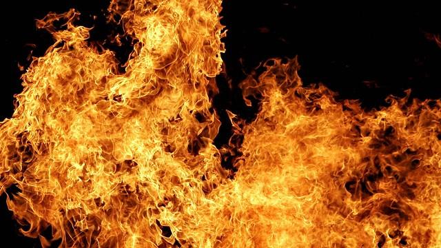 Обои огонь, пламя, фон, темный, вспышка, взрыв картинки на рабочий стол, фото скачать бесплатно
