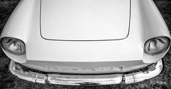 en passant par Linas-Montlhery (Jack_from_Paris) Tags: l3008490bw leica m type m10p 20021 leicaelmaritm28mmf28asph 11606 dng mode lightroom capture nx2 rangefinder télémétrique bw noiretblanc monochrom blackandwhite monochrome wide angle street montlhery autodrome de linasmontlhéry course race voiture car caravelle renault regard phares capot reflet chrome