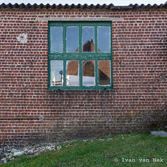 Krogstraat, Meise (Ivan van Nek) Tags: nikon nikond7200 d7200 doorsandwindows ramenendeuren bricks redbricks belgium belgië belgique window raam fenêtre fenster architecture facade architectuur architektur