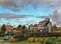 Paternidad (Franco D´Albao) Tags: huaweip8lite2017 francodalbao dalbao escultura sculpture hospital vigo padre father cuidado care nubes clouds cielo sky casas houses