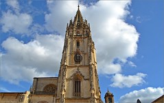 Catedral de Oviedo (Luisa Gila Merino) Tags: catedral iglesia oviedo nubes cieloazul azul cielo arte monumento asturias gótico torre campanario ventana