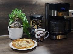 Eierkuchen für mein Schatz (ingrid eulenfan) Tags: 2019 kaffeepause pausecafé coffebreak 365project kaffee espresso cappuccino cup coffeepot tasse coffee coffeetogo kaffeemaschine küche pfannkuchen eierkuchen kitchen rosinen pflanze dose