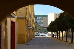 Barriada de la Barzola, Sevilla (Jaime JB) Tags: geografíahumana humangeography geografíaurbana urbangeography paisajeurbano urbanlandscape townscape vivienda housing blockofflats bloquedepisos balcón balcony builtenvironment espaciopúblico publicspace arco arc barriada calle street naranjo orangetree