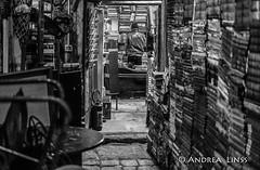 venezia ... (andrealinss) Tags: italia italien italy venedig venezia venice schwarzweiss street streetphotography streetfotografie bw blackandwhite andrealinss 35mm availablelight libreriaacquaalta