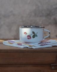 Con aromas de antes... (Irene Carbonell) Tags: vintage vintagelove tazas enlozados café coffee coffeelover 50mm nikon