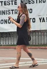 Escrito en la piel (carlos_ar2000) Tags: tatuaje tattoo chica girl mujer woman bella beauty sexy calle street retrato portrait color colour arte art linda pretty gorgeous buenosaires argentina