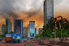 Kuala Lumpur - Street (Jutta M. Jenning) Tags: malaysia kualalumpur petronas twintowers petronastwintowers hochhaus hochhaeuser architektur turm tuerme stadt staedte haus haeuser wolkenkratzer sehenswuerdigkeiten klcc park asien asia see skyline shoppen einkaufscenter shoppingmall mall fassaden fassade glasfront glas eingang entree center strasse strassen streetphotography wolken autos verkehr peole menschen leute