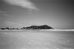 Itapirubá, SC (Celso Kuwajima) Tags: beach kodaktmax100 20190243 people sky leicasuperangulon13421mm analogphotography leicam4 sea santacatarina brazil br sand landscape