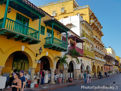 Portal de los dulces Cartagena-Colombia (johnfranky_t) Tags: johnfranky colombia cartagena porticato giallo costruzioni balconi palme vasi samsung galaxy s7 strada marciapiede lampioni dolci ringhiere