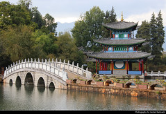 Moon-Embracing Pavilion, Black Dragon Pool, Lijiang, Yunnan, China (JH_1982) Tags: moonembracing pavilion 得月楼 得月樓 moon embracing white marble bridge black dragon pool 黑龙潭 黑龍潭 pond jade spring park lijiang 丽江 麗江市 리장 시 лицзян yunnan 云南 雲南省 윈난성 юньнань peoples republic china prc chine cina 中国 中國 中华人民共和国 중화인민공화국 китайская народная республика