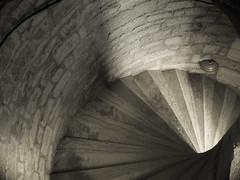 Escalier à vis - Périgord, France (AlainC3) Tags: escalier escalierencolimaçon périgord nikone995 architecture architectural noirblanc nb blackwhite bw intérieur interior france stairs escalieràvis