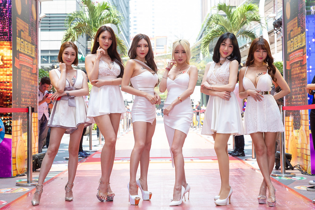 雪碧(右三)攜眾多JKF女郎為手遊《黃金娛樂城》站台。(黃金娛樂城提供)