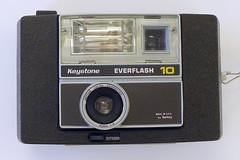 Keystone Everflash 10 (pho-Tony) Tags: 126 photosofcameras keystoneeverflash10 keystone everflash 10 electronicflash flash instamatic 28x28 28mmx28mm square usa american 1960s keytarcolorcorrected keytar 40mm keytar40mm berkey madeinusabyberkey f8 keytar40mmf80 40mmf8