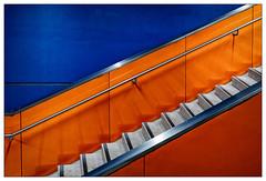Blaue Wand – blue wall (frodul) Tags: architektur detail diagonale geländer gestaltung konstruktion linie stair stairrail step treppe münchen blau rot ubahnstation olympiaeinkaufszentrum oez bayern deutschland stufe