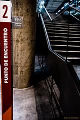 A quien encontraras (Stauromel) Tags: sevilla caixa caixaforum señales indicativos dos escaleras stauromel alquimiadigital fuji fujixt2 artphoto