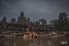 Cambogia - Bayon Giochi nell'acqua. (iw2ijz) Tags: bayon cambogia cambodia acqua giochi bambini games child travel trip viaggio paesaggio sito civiltà khmer archeologia