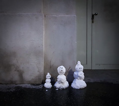 Cool Family (CoolMcFlash) Tags: snowman family winter snow cold samsung galaxy smartphone vienna street s8 schneemann familie schnee kalt wien strase fotografie photography humor city stadt citylife
