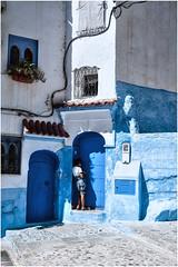 552- ADOLESCENCIA CON MÓVIL EN  XAUEN - MARRUECOS (--MARCO POLO--) Tags: marruecos ciudades exotismo rincones curiosidades calles arquitectura colores