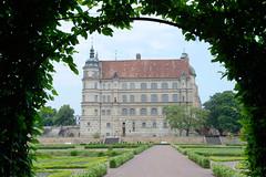 9586 Blick über den Schlossgarten zum Schloss Güstrow - das Güstrower Schloss ist eines der bedeutendsten Renaissancebauwerke Norddeutschlands und ist weitgehend im Originalzustand erhalten. Der Nordflügel des Schlosses wurde 1591 nach Entwürfen des Archi (stadt + land) Tags: schlossgarten schloss güstrower renaissancebauwerk norddeutschland originalzustand nordflügel 1591 entwürfe architekt philipp brandin erbaut ostflügel 1594 claus midow stadtrundgang impressionen güstrow barlachstadt residenzstadt bilder foto altstadt mecklenburgvorpommern mecklenburg stadt stadtportrait historisch modern interessant sehenswürdigkeiten